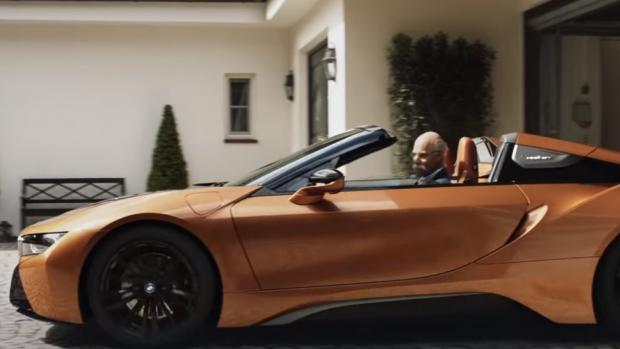 BMW zwaait de topman van concurrent Mercedes uit met grap