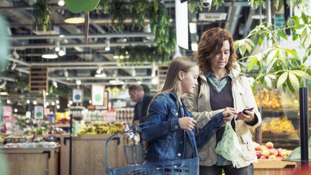 Goedkoper boodschappen doen? 'Houd je smartphone in je zak'