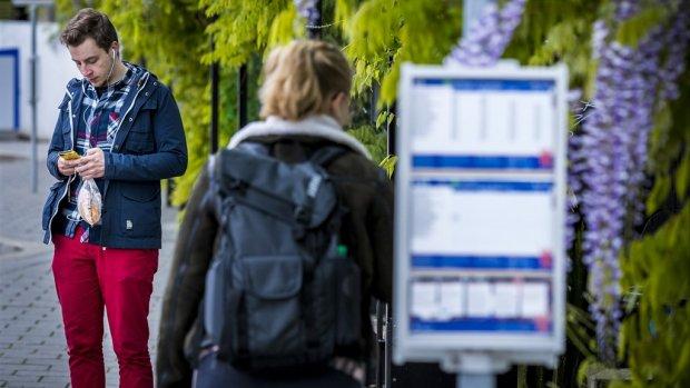 Reizigers nemen noodmaatregelen tegen ov-staking: 'Onbegrijpelijk in examentijd'