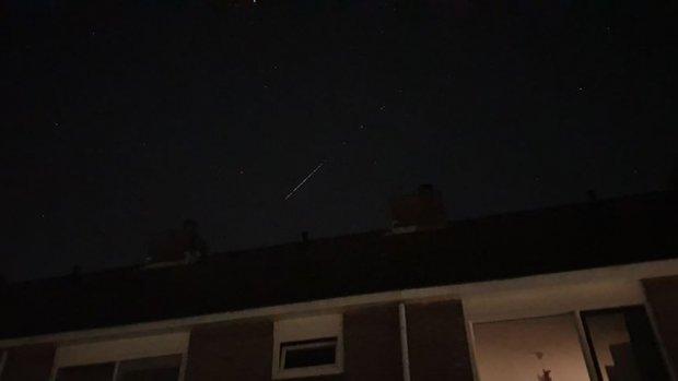 Mysterieuze streep van lichtjes zichtbaar aan de hemel