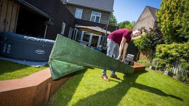 Bij code oranje of rood staat Jerôme zijn tuin leeg te scheppen