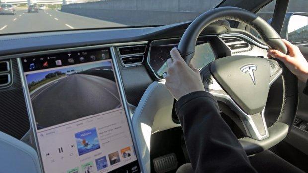 Tesla wil YouTube en Netflix in de auto: is dat wel veilig?