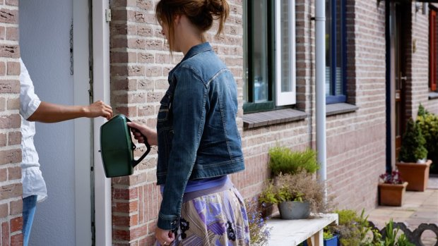 Nederlanders geven meer uit aan afval dan donaties