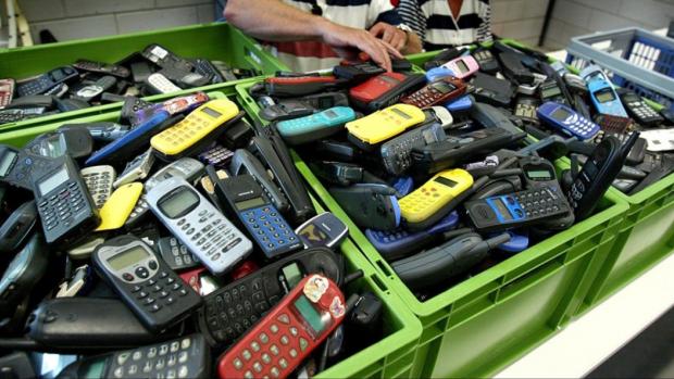 Ambtenaar verkocht afgedankte telefoons stiekem door