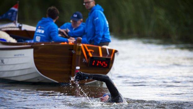 Maarten van der Weijden begonnen aan monsterzwemtocht