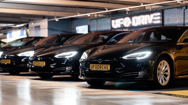 Met deze app huur je Tesla's en andere elektrische auto's