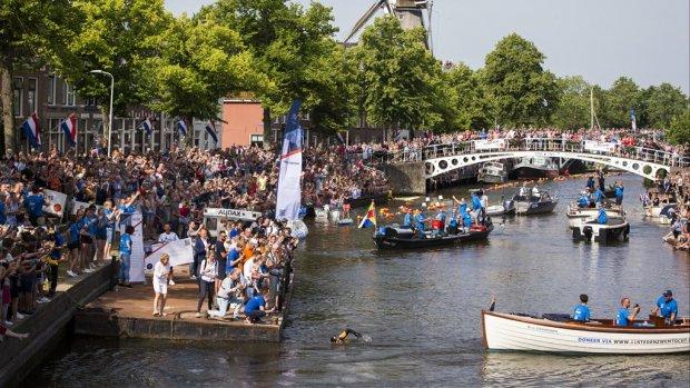 Van der Weijden krijgt tiende stempel voor elfstedenzwemtocht in Dokkum