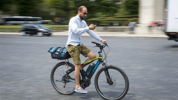 Fietsers let op: vanaf nu is appen op de fiets strafbaar