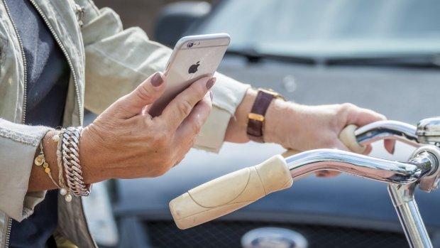 Boetes smartphone in verkeer in jaar tijd verdubbeld