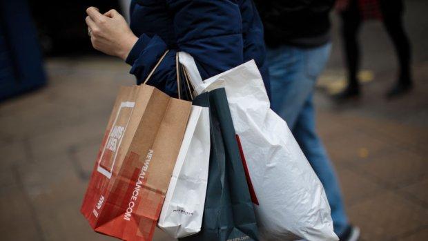 Shopverslaafde vrouw die twee ton stal, eist baan terug