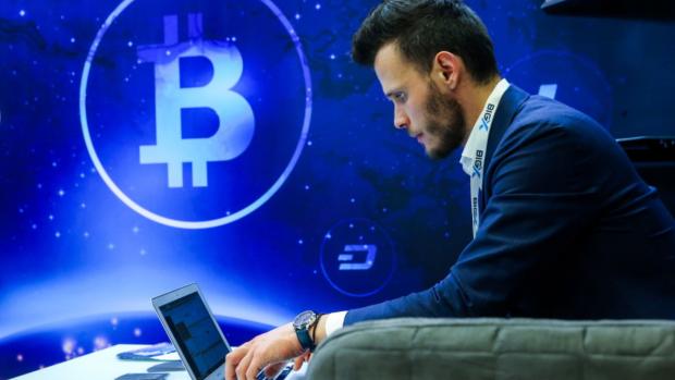 Koers bitcoin daalt verder: -30 procent in een week tijd
