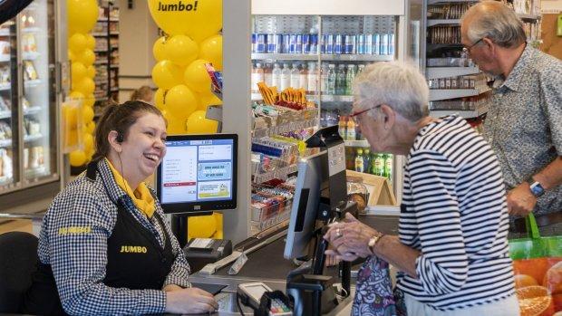 Kletskassa en koffiehoek: supermarkten helpen eenzame ouderen