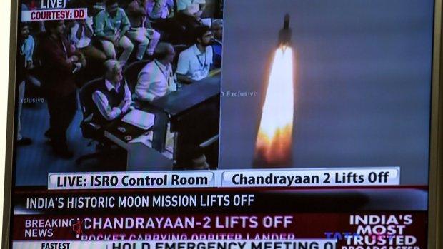 India stuurt raket naar de maan op zoek naar waterijs