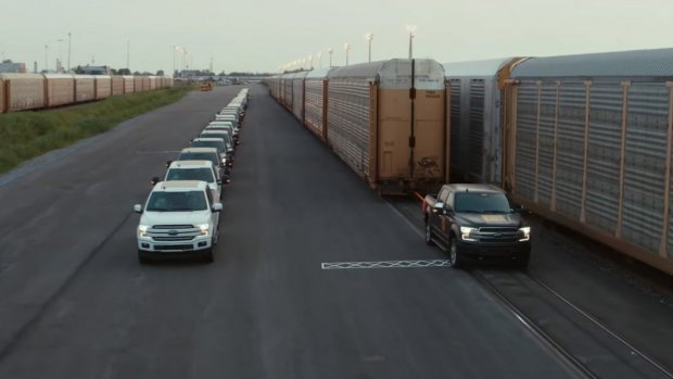 Elektrische pick-uptruck Ford trekt trein van 500 ton