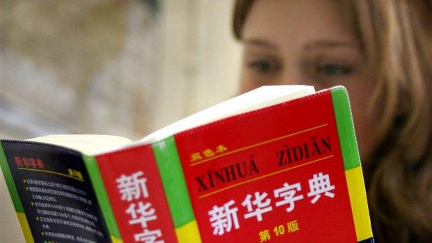 Na flinke dip is werknemer die Chinees spreekt weer in trek