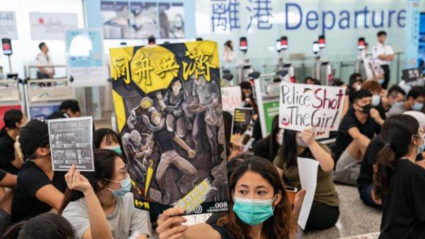 Sfeer op vliegveld Hongkong grimmig: 'Reizigers zijn bang'