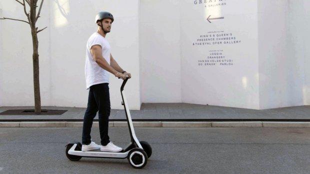 Segway-step rijdt zichzelf naar het oplaadstation