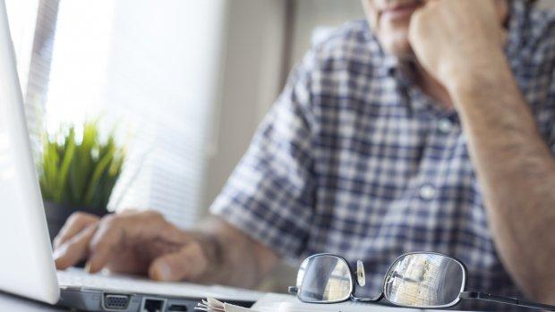 Peter (88) gaf 16.000 euro uit aan chats met nepprofielen