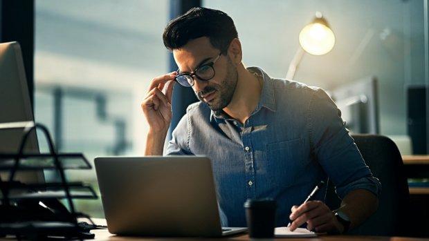 Wat is slimmer: blijven sparen of je studieschuld aflossen?
