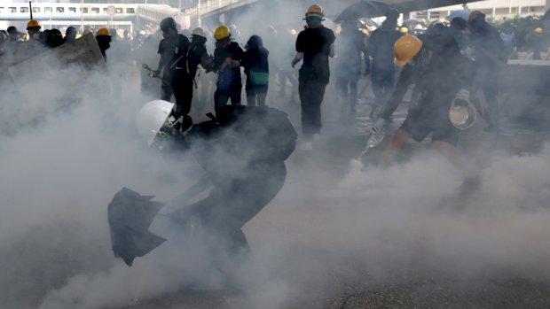 Politie Hongkong bestookt betogers weer met traangas