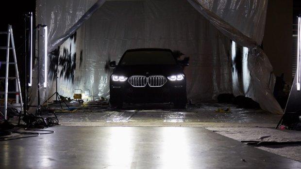 BMW X6 is er nu ook in het 'zwartste zwart'