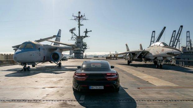 Elektrische Porsche rijdt 145 km/u op vliegdekschip
