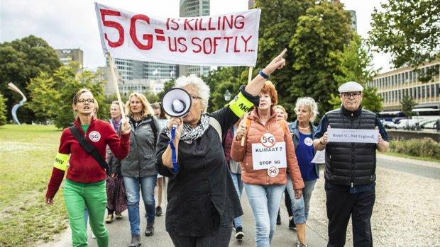 Honderden mensen betogen in Den Haag tegen 5G