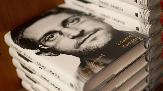 VS klaagt klokkenluider Snowden aan om nieuw boek