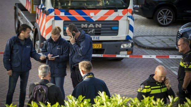 Bloemen neergelegd voor kantoor vermoorde advocaat Wiersum