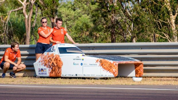 Zonneauto NunaX loopt 'flinke schade' op na botsing