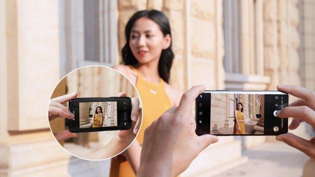 Smartphone met extra scherm achterop komt naar Europa