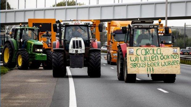 Boeren blokkeren tramlijnen, situatie 'gevaarlijk'