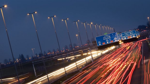 Coalitie onderzoekt: 100 kilometer per uur overdag, gas geven 's nachts