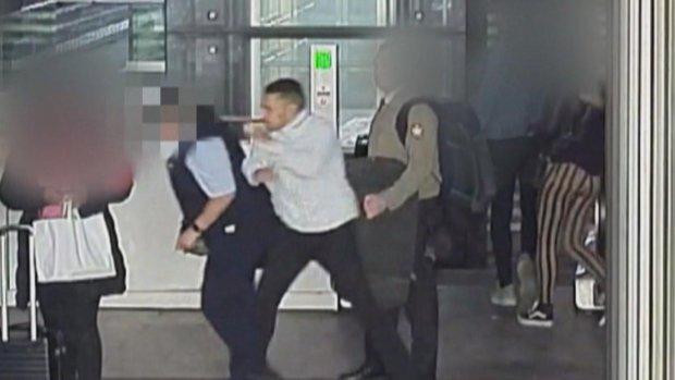 Politie zoekt zwartrijder die conductrice (63) knock-out sloeg