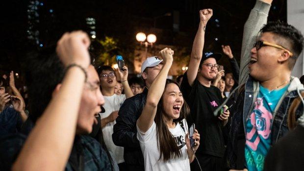 Pro-Democraten boeken enorme zege bij verkiezingen Hongkong