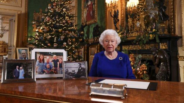 Foto Harry en Meghan ontbreekt tijdens toespraak Queen Elizabeth