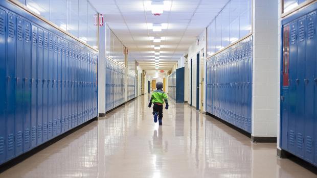 Jongetje (6) geneest van kanker en krijgt staande ovatie van klasgenoten