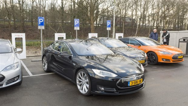 Tesla-rijders in de laadpaalfile na wintersport