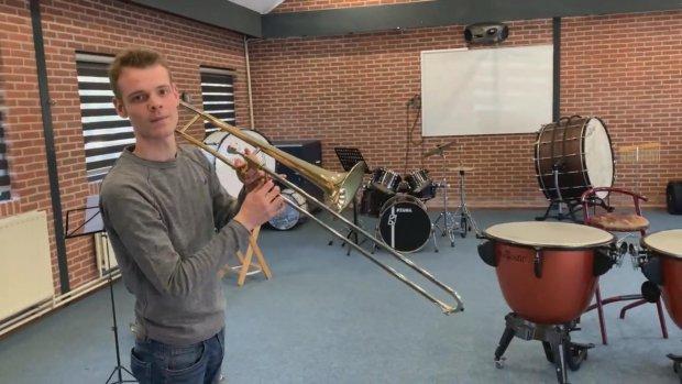 Sander laat kinderen kennis maken met muziek