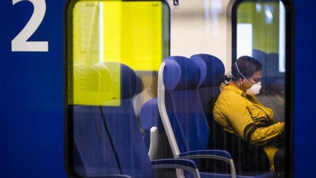 Eén op de vijf reizigers draagt het mondkapje in de trein niet of niet goed