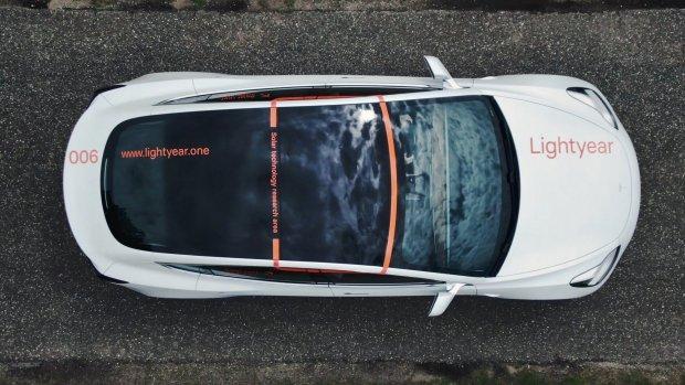 Nederlandse startup test zonnedak in Tesla Model 3