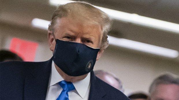 Trump draagt voor het eerst mondkapje in het openbaar