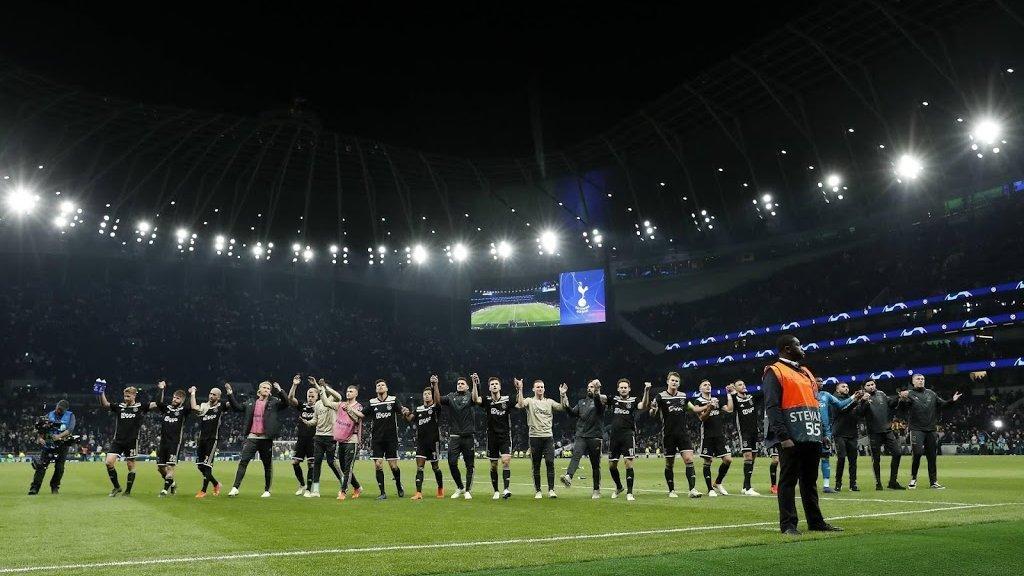 Ajax viert feest met de meegereisde supporters.