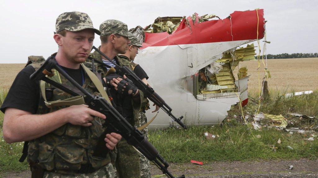 Pro-Russische rebellen op de rampplek in juli 2014.