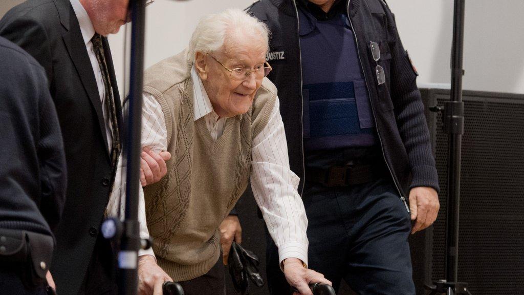 Het moment dat de hoogbejaarde Oskar Gröning de rechtbank binnenkwam in 2015