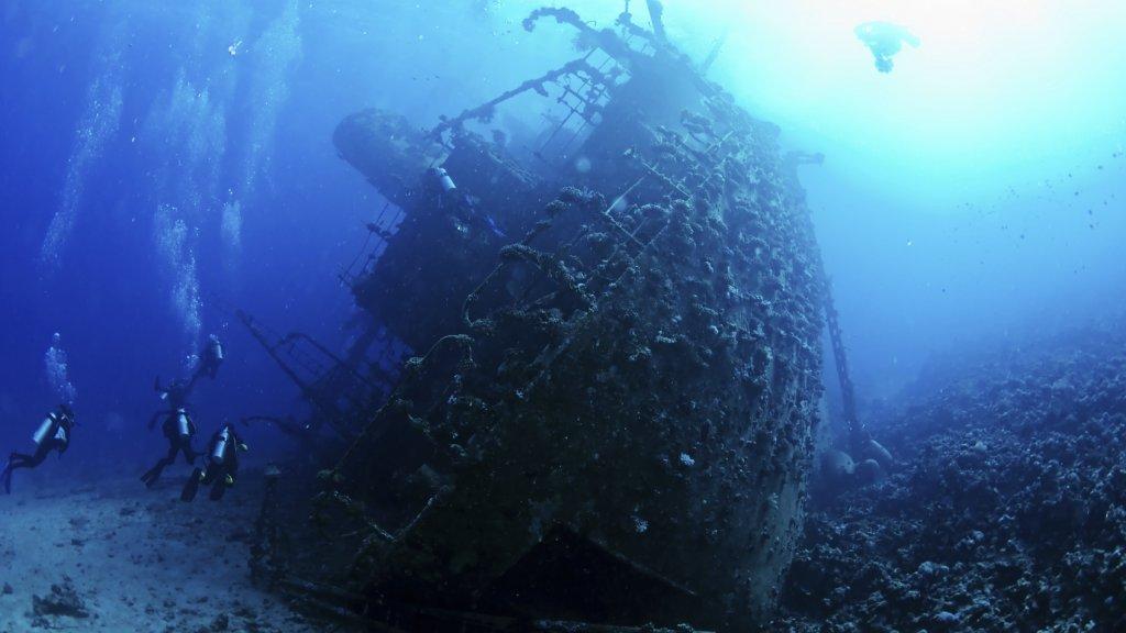 deze duiker onderzoekt gezonken voc schepen rtlz