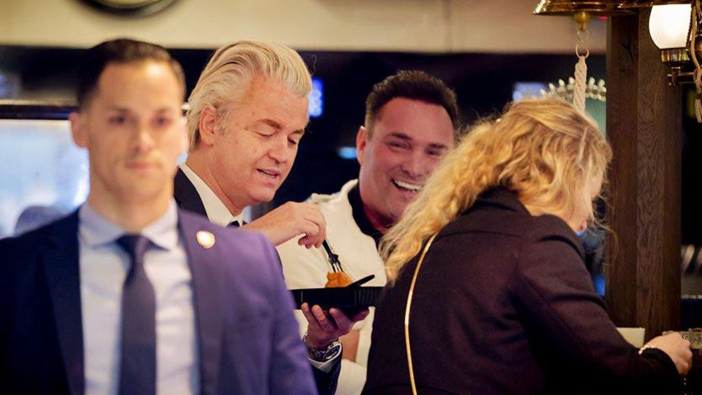 PVV-leider Wilders prikt een visje in Volendam.
