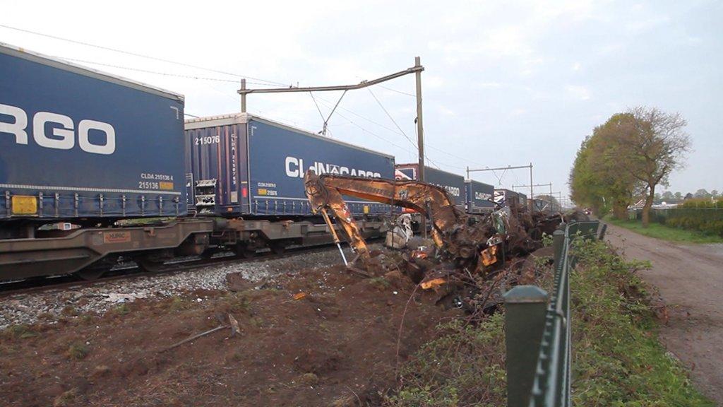 Hele dag nog treinvertraging bij Deurna na aanrijding met graafmachine.