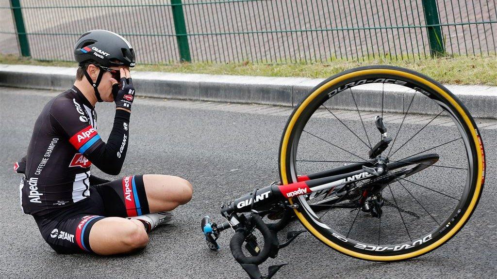 42bf56eea3f40e Levensgevaarlijk dat wielrenners nog fietsen zonder helm