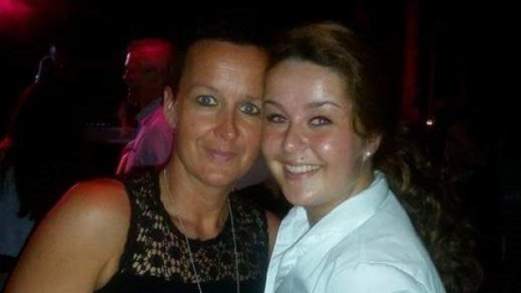Nicolette (links) met haar dochter Daniëlle. Ook zij stierf op haar 21ste aan de drugs.